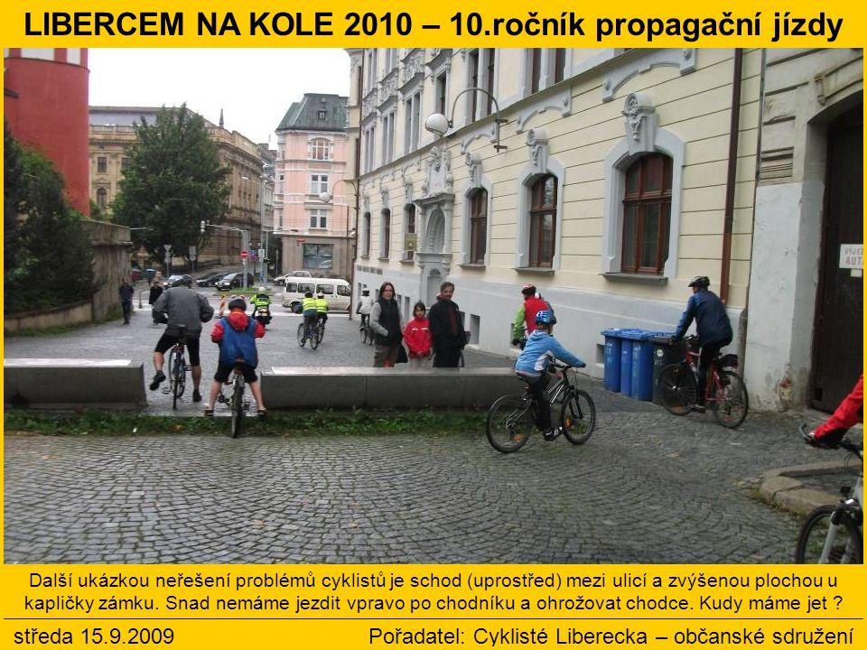 Další ukázkou neřešení problémů cyklistů je schod (uprostřed) mezi ulicí a zvýšenou plochou u kapličky zámku.