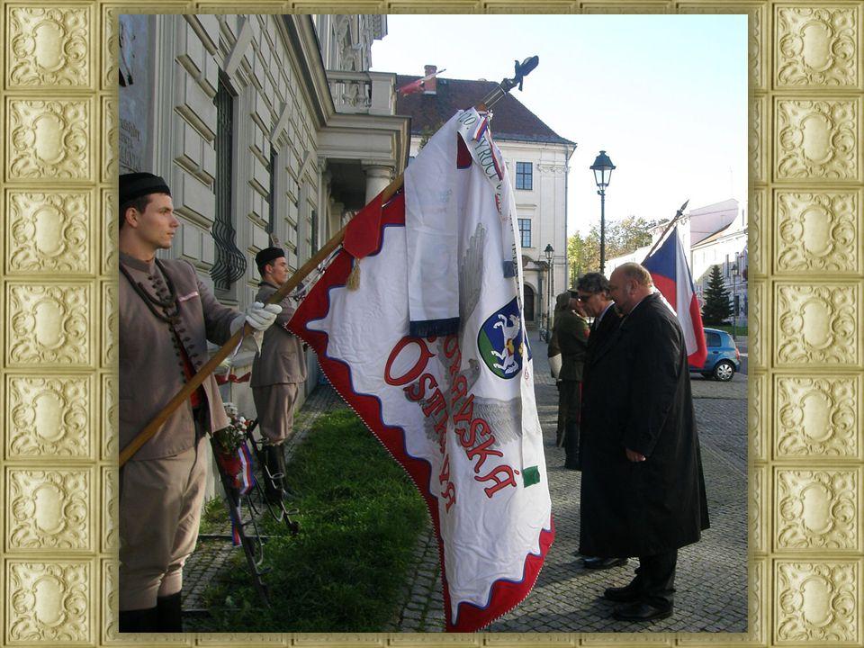 Střední znak republiky Československé má dva štíty, přední a zadní.