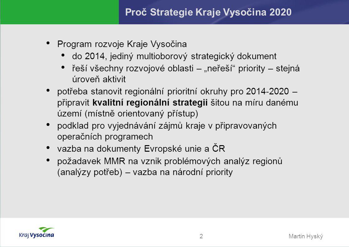 """Martin Hyský2 Proč Strategie Kraje Vysočina 2020 Program rozvoje Kraje Vysočina do 2014, jediný multioborový strategický dokument řeší všechny rozvojové oblasti – """"neřeší priority – stejná úroveň aktivit potřeba stanovit regionální prioritní okruhy pro 2014-2020 – připravit kvalitní regionální strategii šitou na míru danému území (místně orientovaný přístup) podklad pro vyjednávání zájmů kraje v připravovaných operačních programech vazba na dokumenty Evropské unie a ČR požadavek MMR na vznik problémových analýz regionů (analýzy potřeb) – vazba na národní priority"""