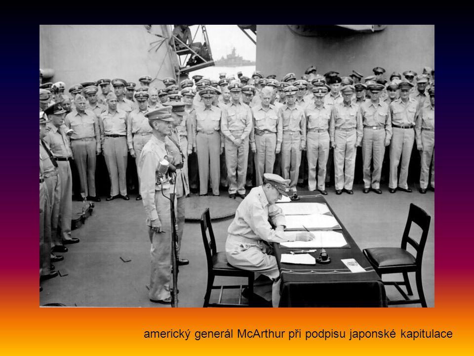 americký generál McArthur při podpisu japonské kapitulace