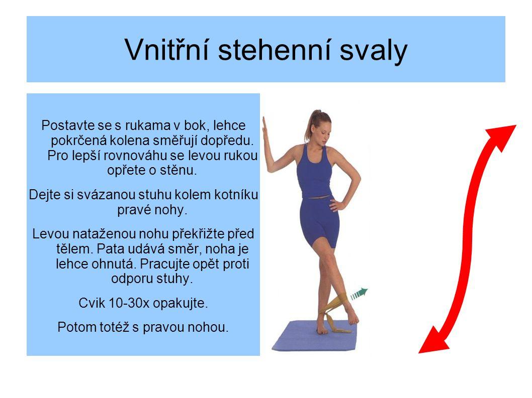 Vnitřní stehenní svaly Postavte se s rukama v bok, lehce pokrčená kolena směřují dopředu.