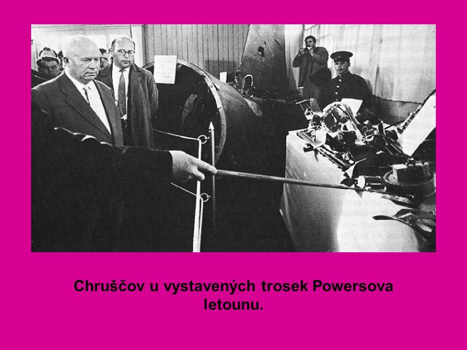 Chruščov u vystavených trosek Powersova letounu.