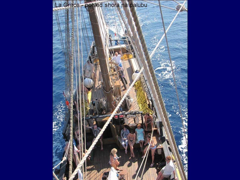 La Grace - pohled shora na palubu