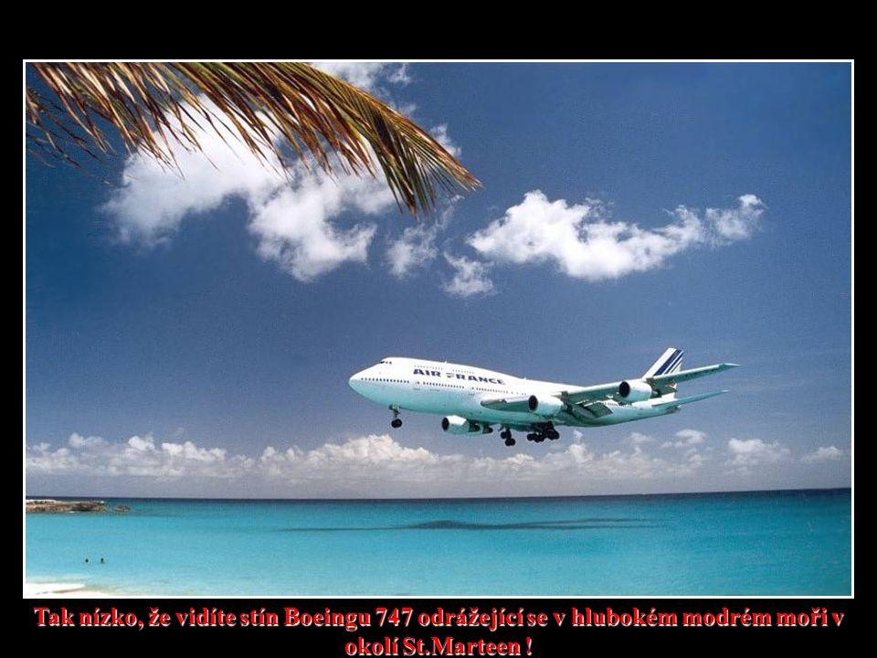 Tak nízko, že vidíte stín Boeingu 747 odrážející se v hlubokém modrém moři v okolí St.Marteen !