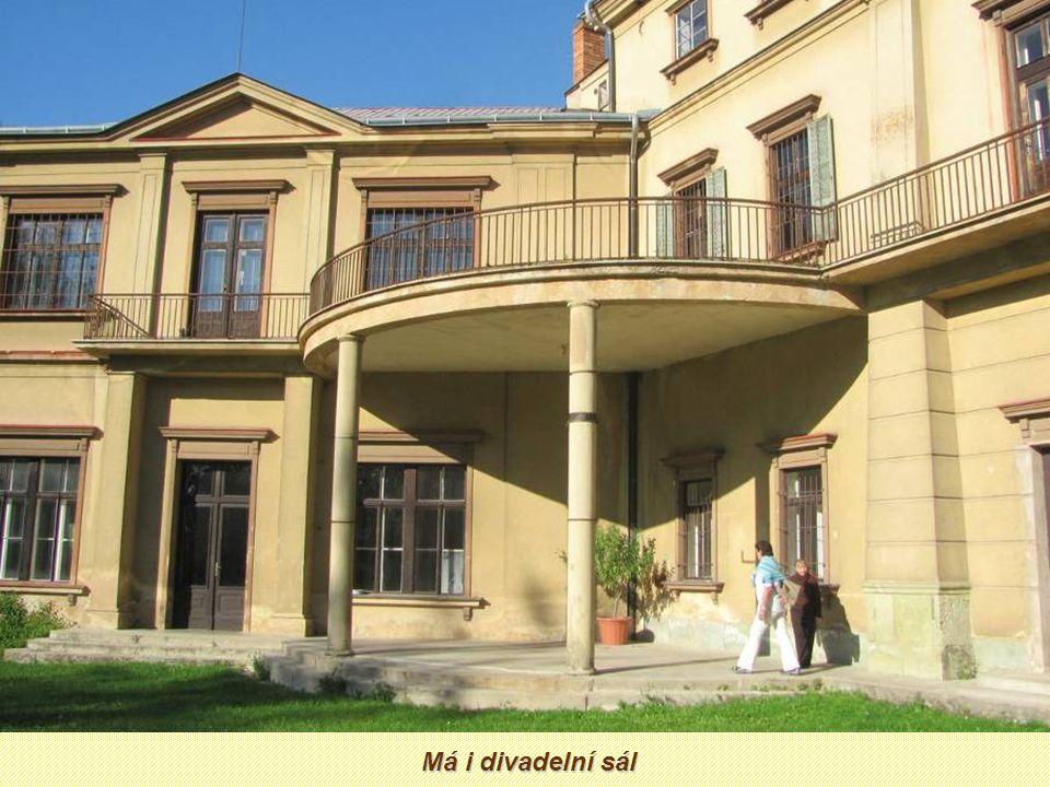 Dominantou obce je renesanční zámek z poloviny 17.