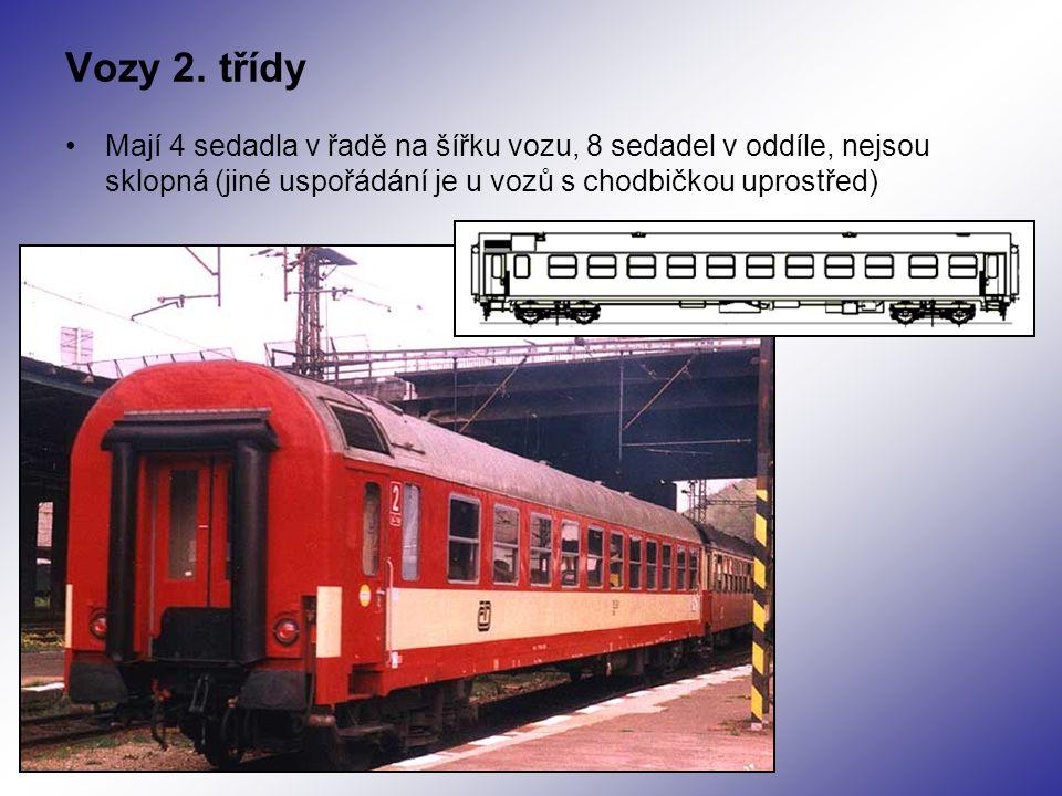 Vozy 2. třídy Mají 4 sedadla v řadě na šířku vozu, 8 sedadel v oddíle, nejsou sklopná (jiné uspořádání je u vozů s chodbičkou uprostřed)