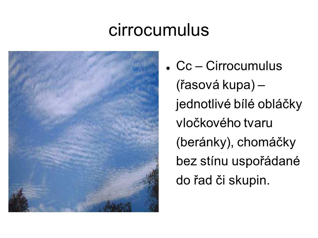 cirrocumulus Cc – Cirrocumulus (řasová kupa) – jednotlivé bílé obláčky vločkového tvaru (beránky), chomáčky bez stínu uspořádané do řad či skupin.