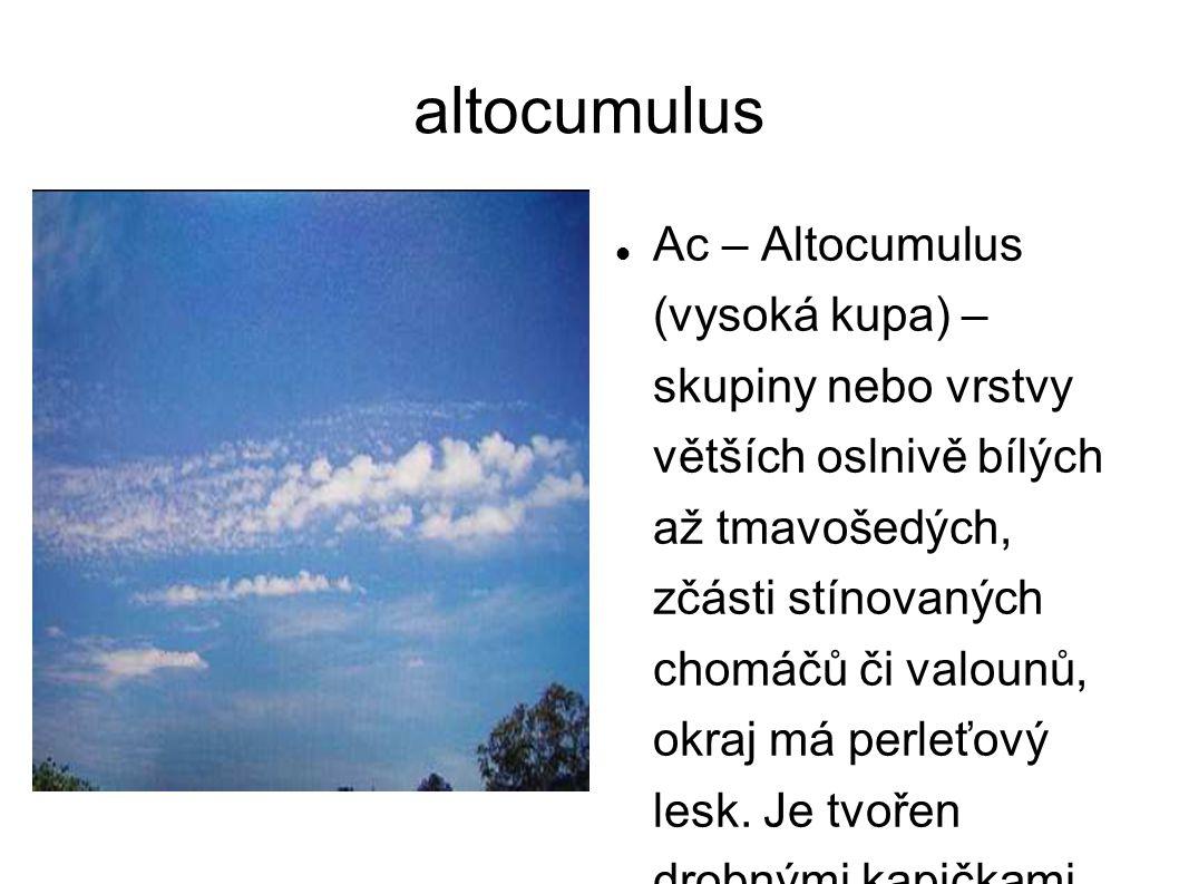 altocumulus Ac – Altocumulus (vysoká kupa) – skupiny nebo vrstvy větších oslnivě bílých až tmavošedých, zčásti stínovaných chomáčů či valounů, okraj m
