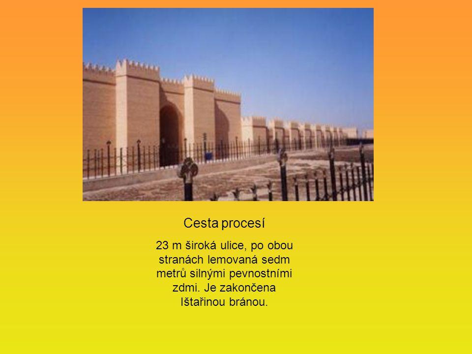 Cesta procesí 23 m široká ulice, po obou stranách lemovaná sedm metrů silnými pevnostními zdmi. Je zakončena Ištařinou bránou.
