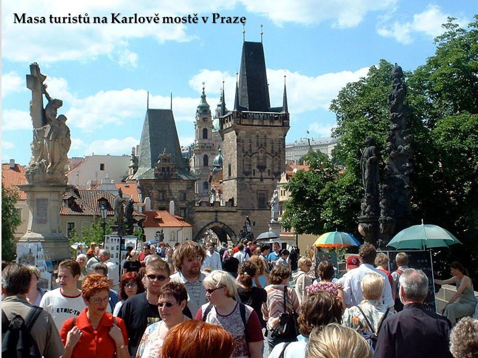 Masa turistů na Karlově mostě v Praze