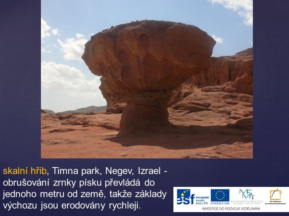 skalní hřib, Timna park, Negev, Izrael - obrušování zrnky písku převládá do jednoho metru od země, takže základy výchozu jsou erodovány rychleji.