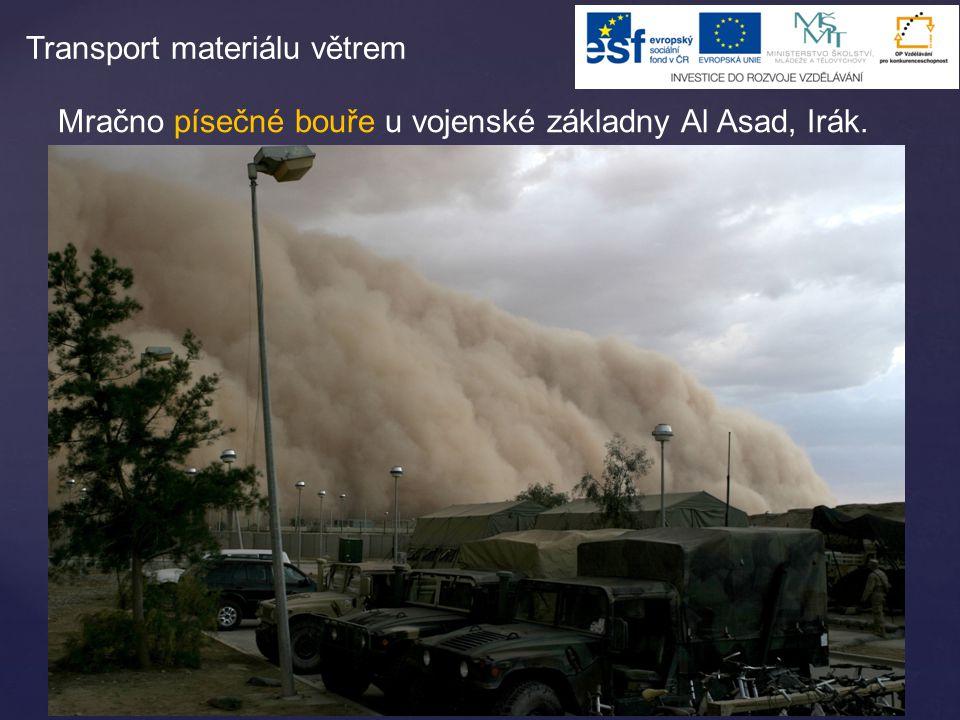 Mračno písečné bouře u vojenské základny Al Asad, Irák. Transport materiálu větrem