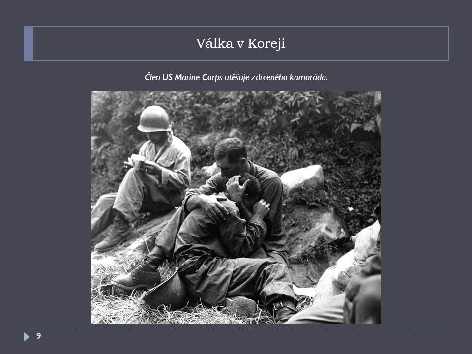 Válka v Koreji Člen US Marine Corps utěšuje zdrceného kamaráda. 9