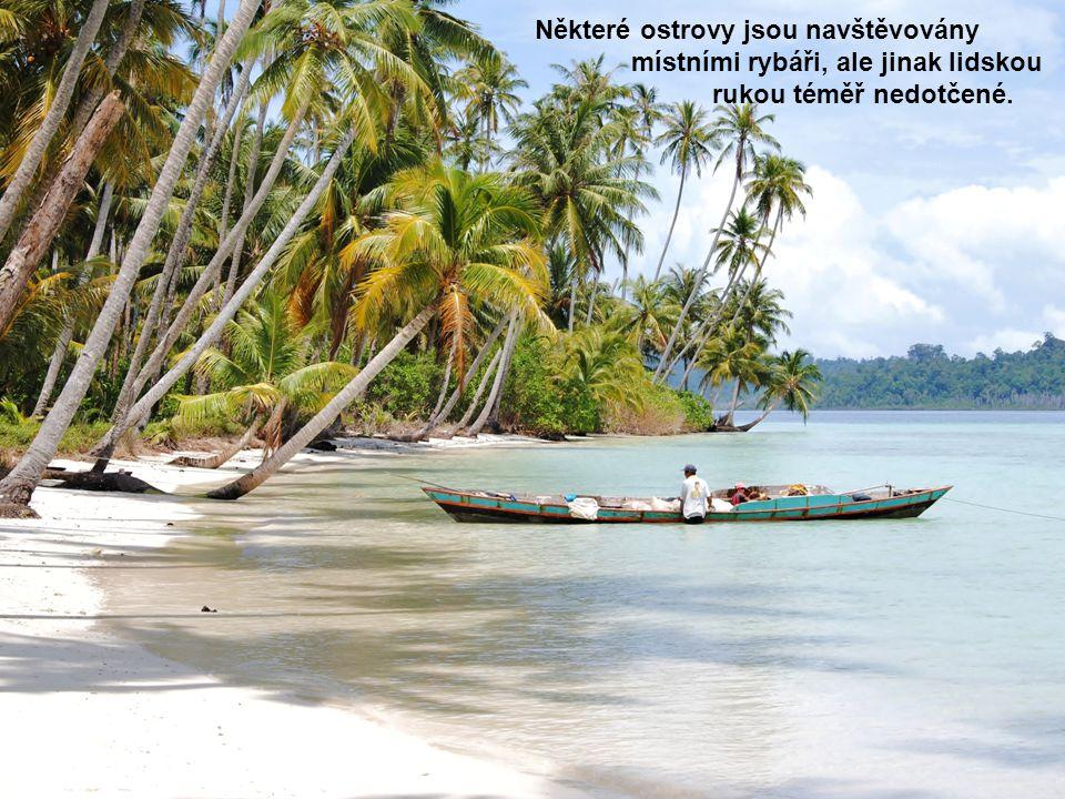 Některé ostrovy jsou navštěvovány místními rybáři, ale jinak lidskou rukou téměř nedotčené.