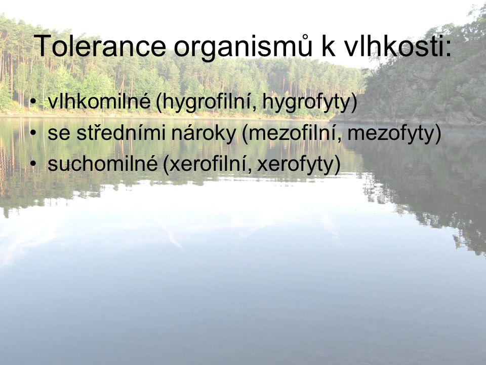 Tolerance organismů k vlhkosti: vlhkomilné (hygrofilní, hygrofyty) se středními nároky (mezofilní, mezofyty) suchomilné (xerofilní, xerofyty)