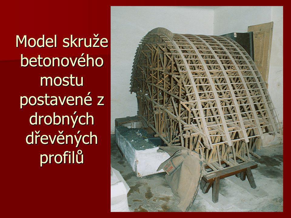 Model skruže betonového mostu postavené z drobných dřevěných profilů