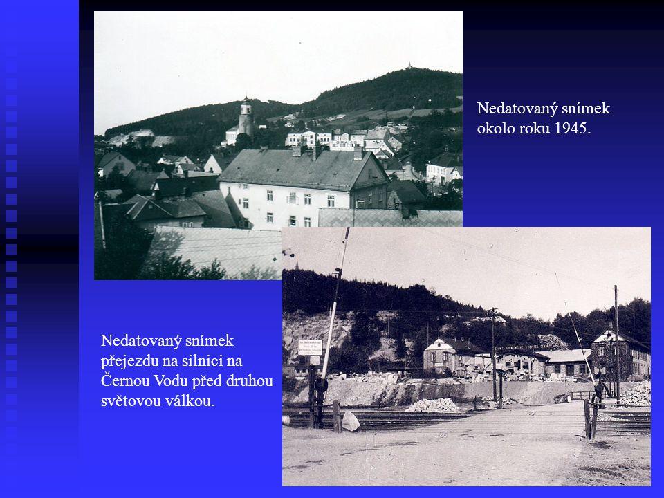 Nedatovaný snímek okolo roku 1945. Nedatovaný snímek přejezdu na silnici na Černou Vodu před druhou světovou válkou.