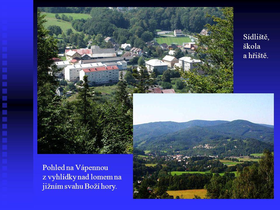 Pohled na Vápennou z vyhlídky nad lomem na jižním svahu Boží hory. Sídliště, škola a hřiště.