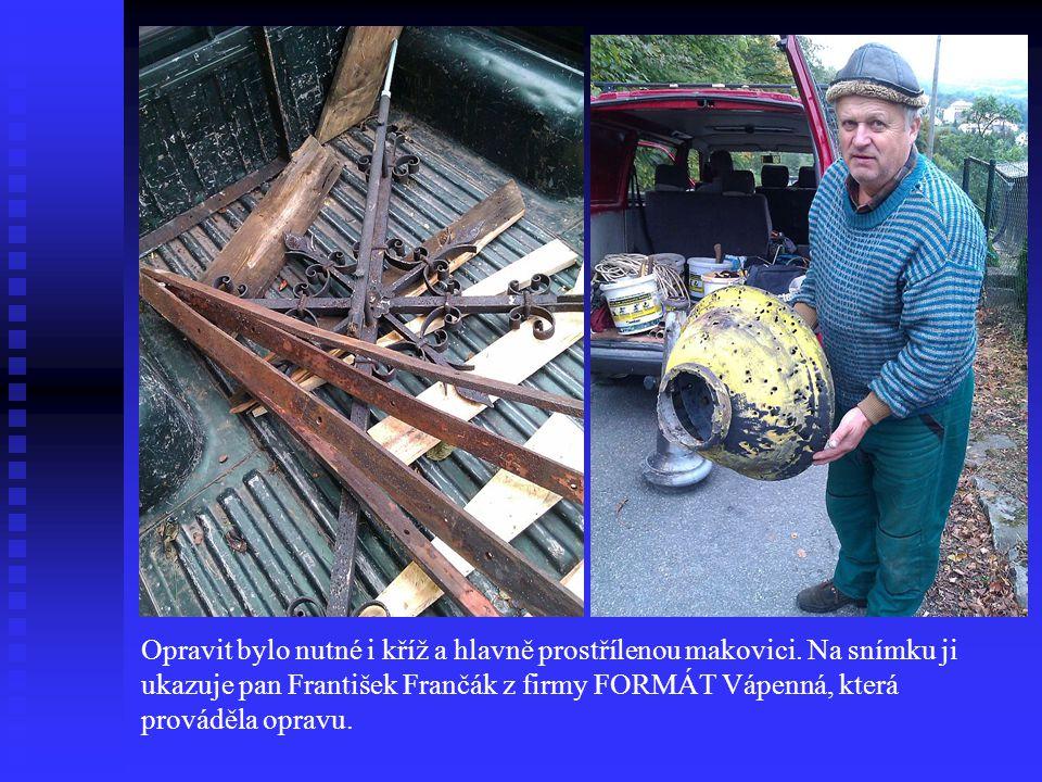 Opravit bylo nutné i kříž a hlavně prostřílenou makovici. Na snímku ji ukazuje pan František Frančák z firmy FORMÁT Vápenná, která prováděla opravu.