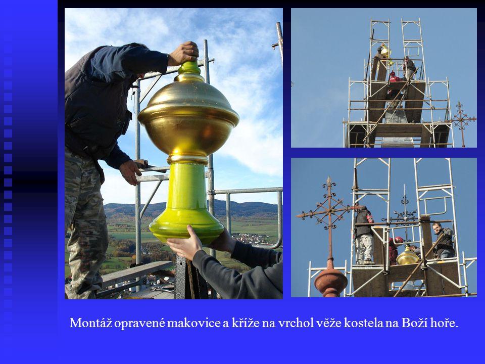 Montáž opravené makovice a kříže na vrchol věže kostela na Boží hoře.