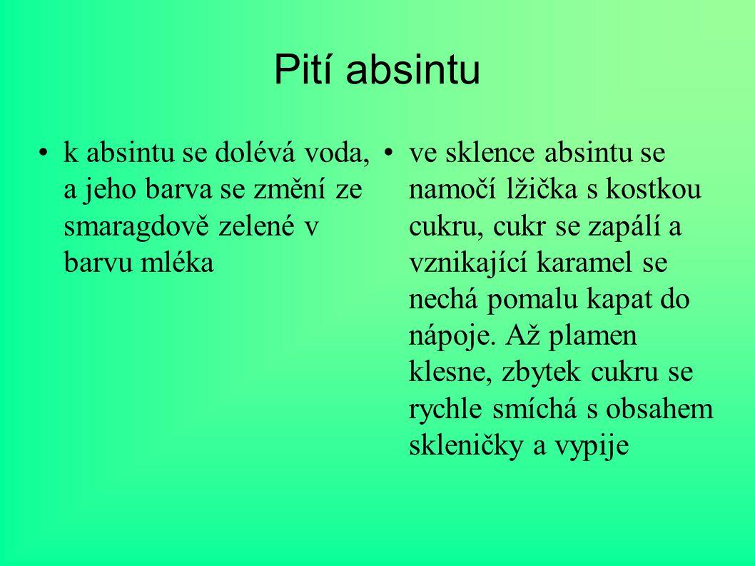 Pití absintu k absintu se dolévá voda, a jeho barva se změní ze smaragdově zelené v barvu mléka ve sklence absintu se namočí lžička s kostkou cukru, c
