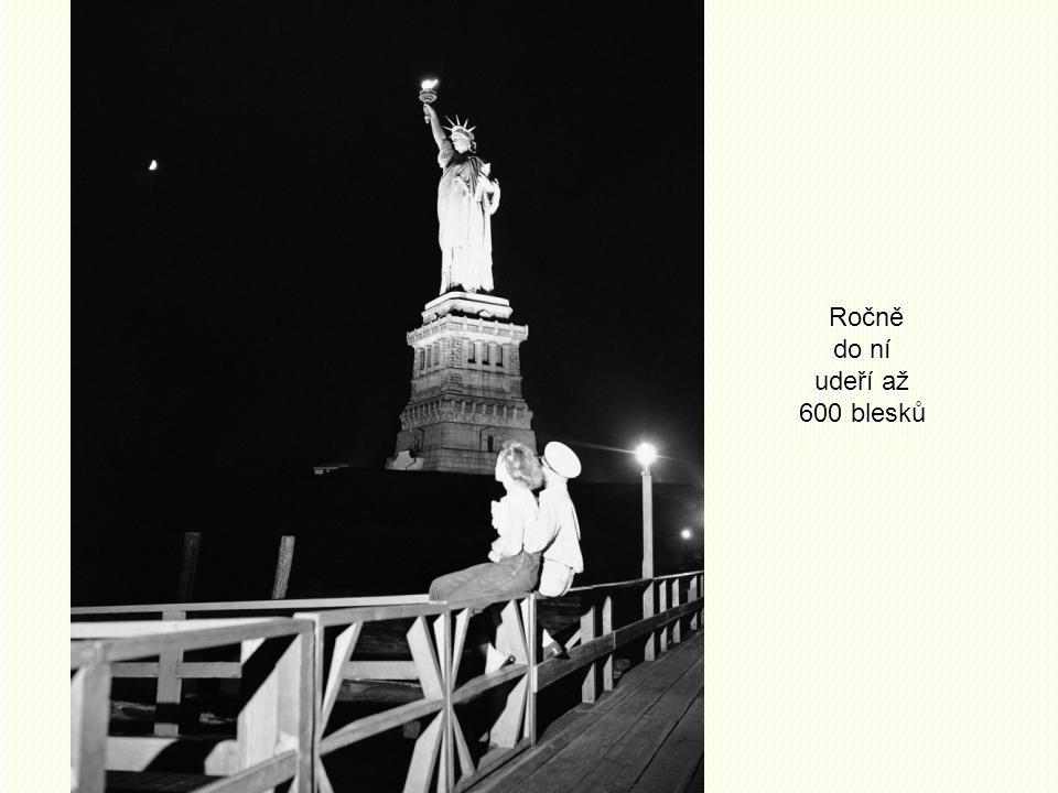 V době vzniku byla socha hnědá - měděné pláty ztemněly vlivy počasí při její stavbě v Paříži. Za dalších 20 let získala svou zelenou patinu. Nyní ji p