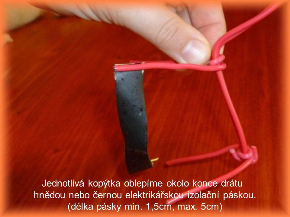 Jednotlivá kopýtka oblepíme okolo konce drátu hnědou nebo černou elektrikářskou izolační páskou. (délka pásky min. 1,5cm, max. 5cm)
