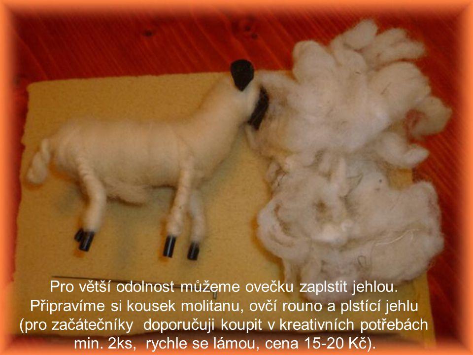 Pro větší odolnost můžeme ovečku zaplstit jehlou. Připravíme si kousek molitanu, ovčí rouno a plstící jehlu (pro začátečníky doporučuji koupit v kreat