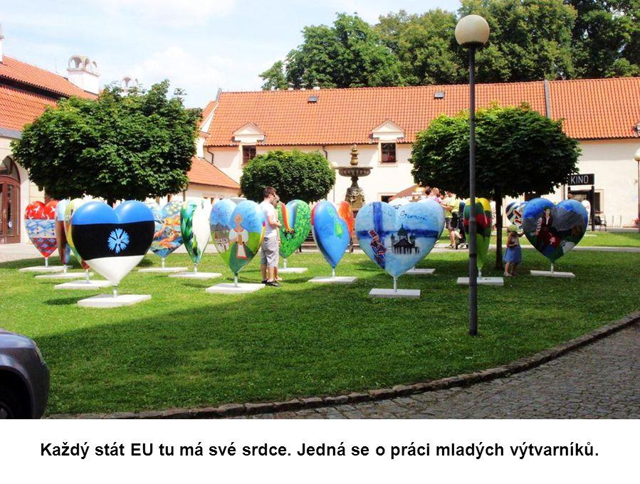 Na nádvoří probíhá výstava Eurosrdce. Přece na srdce jsou Poděbrady.