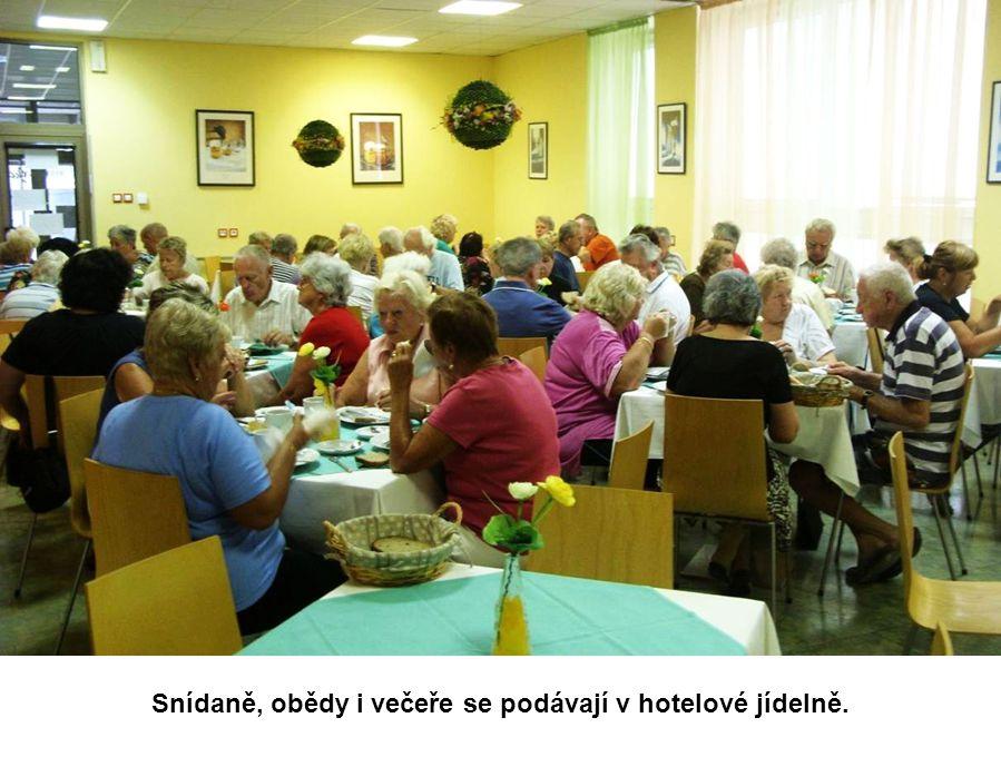 Snídaně, obědy i večeře se podávají v hotelové jídelně.