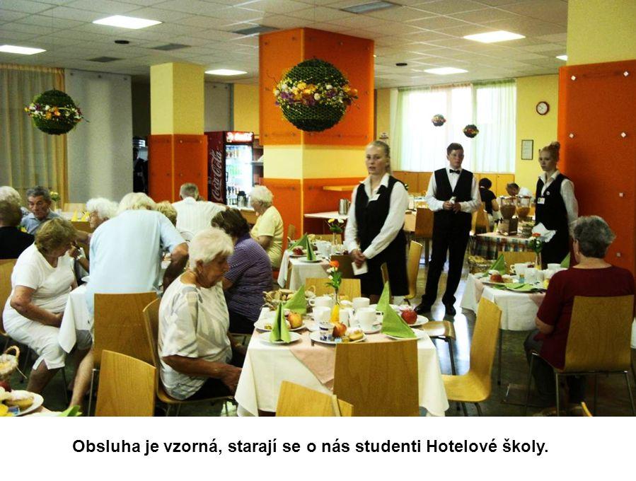 Obsluha je vzorná, starají se o nás studenti Hotelové školy.