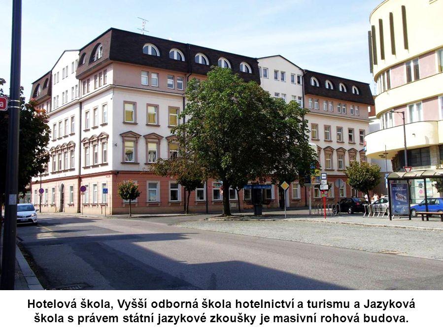 Hotelová škola, Vyšší odborná škola hotelnictví a turismu a Jazyková škola s právem státní jazykové zkoušky je masivní rohová budova.
