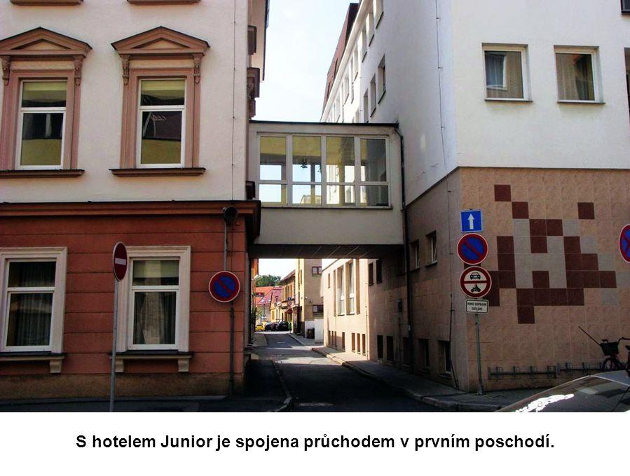 S hotelem Junior je spojena průchodem v prvním poschodí.