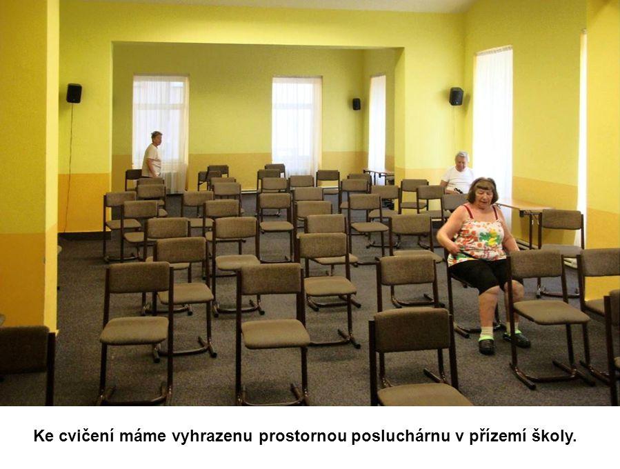 Ke cvičení máme vyhrazenu prostornou posluchárnu v přízemí školy.