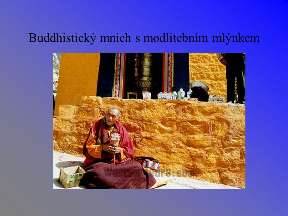 Buddhistický mnich s modlitebním mlýnkem