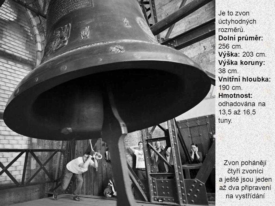 Mezi zvoníky jsou i ženy. Udržovat zvon v pohybu 15 minut dá opravdu zabrat