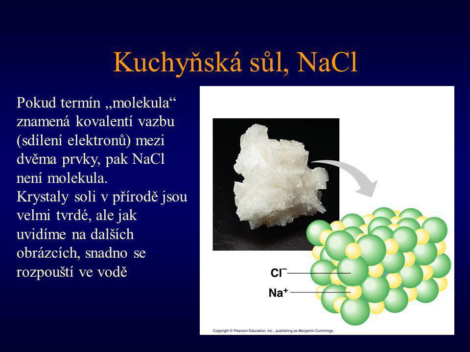 """Kuchyňská sůl, NaCl Pokud termín """"molekula"""" znamená kovalentí vazbu (sdílení elektronů) mezi dvěma prvky, pak NaCl není molekula. Krystaly soli v přír"""