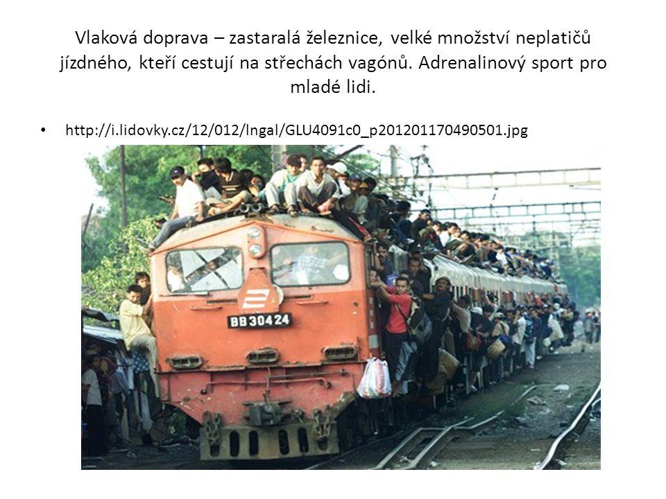 Vlaková doprava – zastaralá železnice, velké množství neplatičů jízdného, kteří cestují na střechách vagónů.