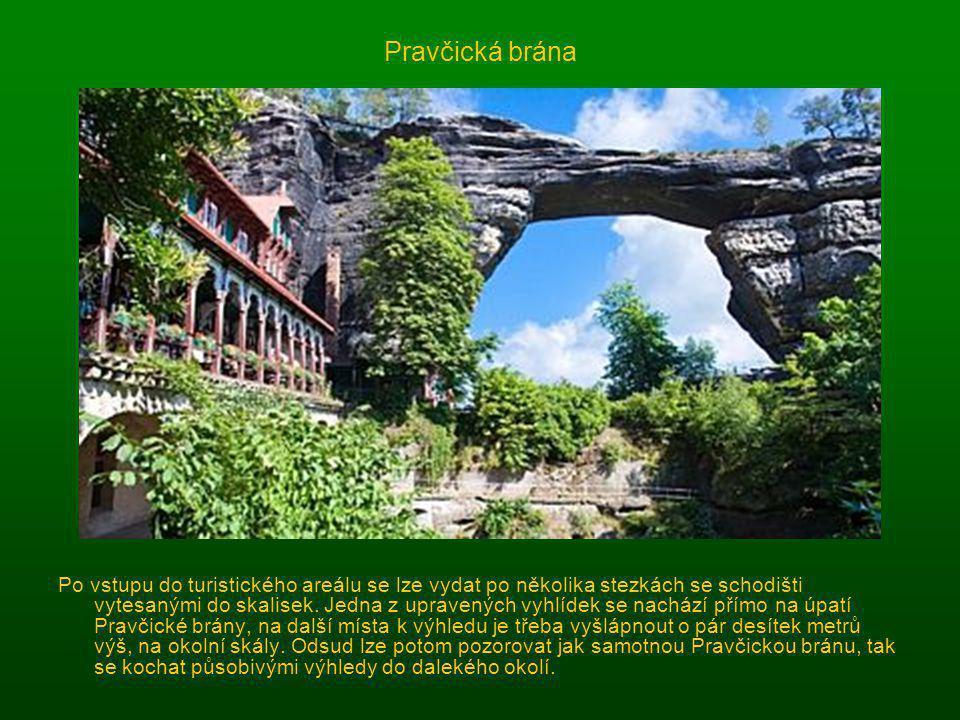 8. Skalní most Pravčické brány Na vrchol Pravčické brány se sice nedostanete, ale její krásu můžete obdivovat z okolních vyhlídek. Skalní útes je symb