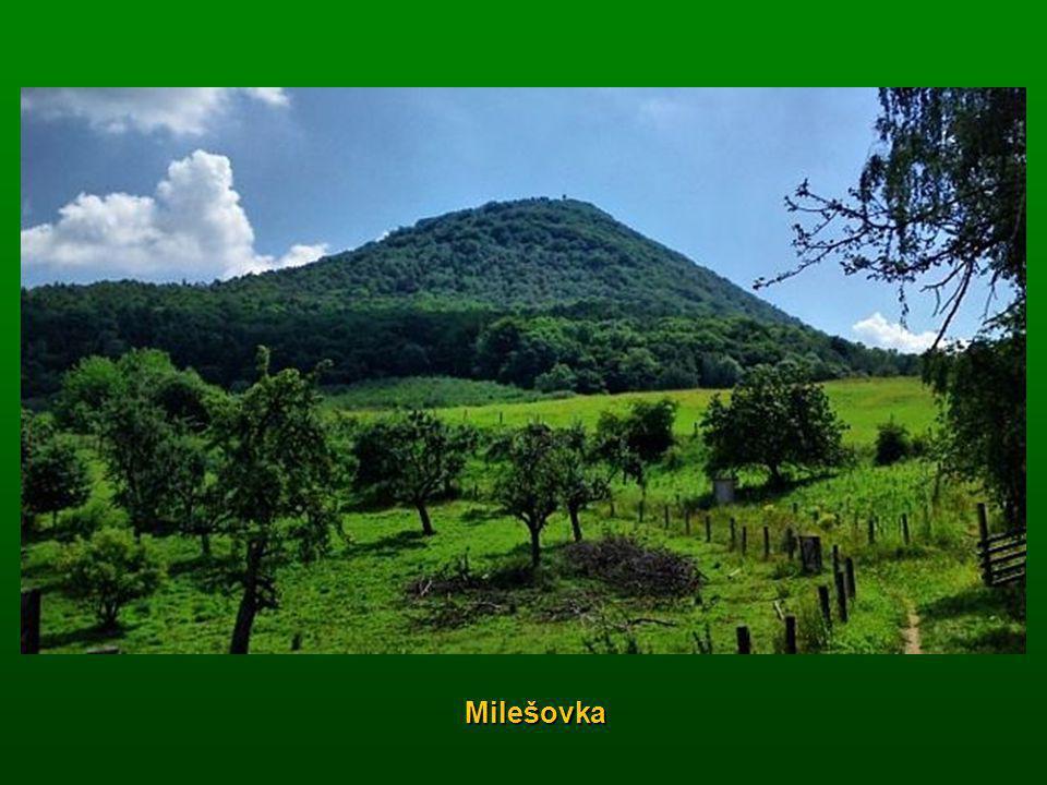 Dvanáct nejkrásnějších přírodních zázraků České republiky Naše malá země ukrývá řadu přírodních krás. Od vysokých hor, nížin podél řek, se skalními mě