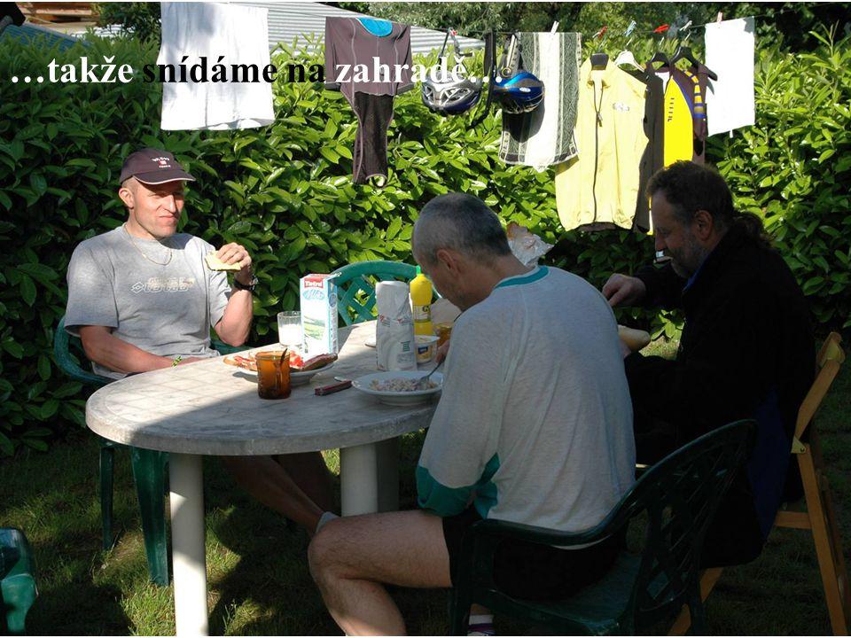 …takže snídáme na zahradě…