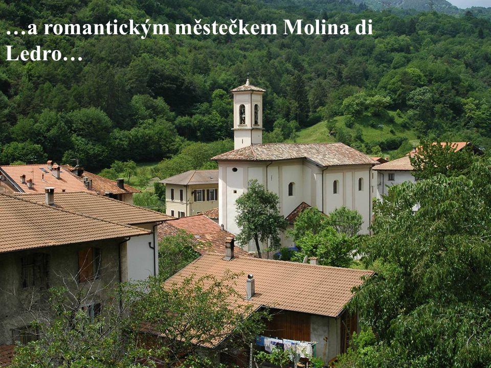 …a romantickým městečkem Molina di Ledro…