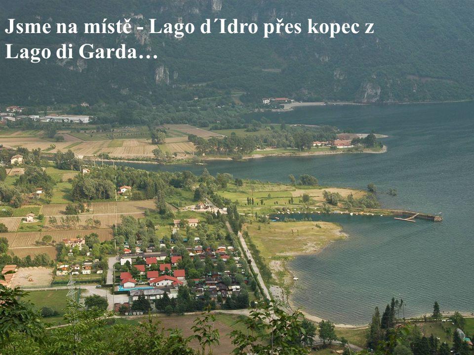 Jsme na místě - Lago d´Idro přes kopec z Lago di Garda…