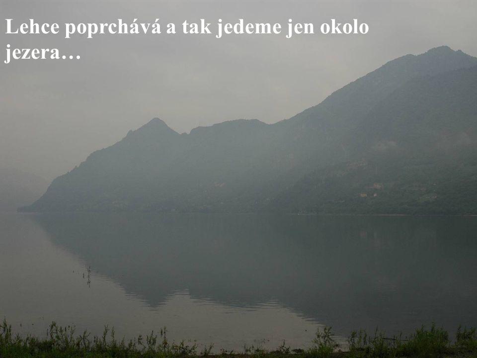 Lehce poprchává a tak jedeme jen okolo jezera…