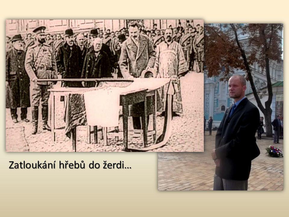 Nástup českých dobrovolníků na Sofijském náměstí v Kyjevě Nadšenci v uniformách starodružiníků s kopií jejich praporu