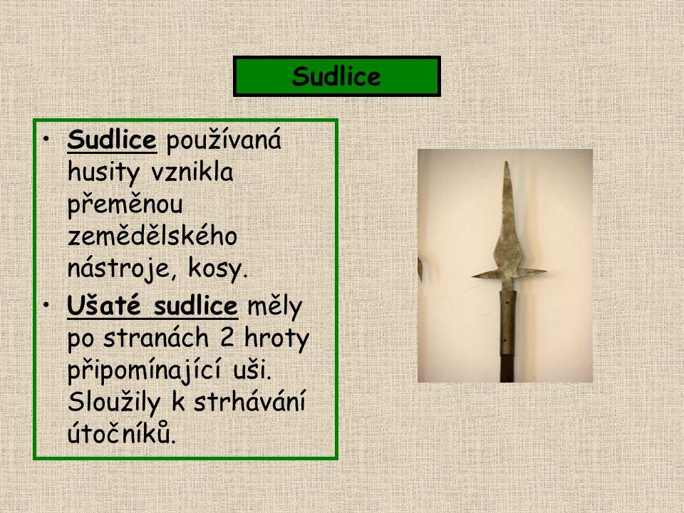 Sudlice používaná husity vznikla přeměnou zemědělského nástroje, kosy. Ušaté sudlice měly po stranách 2 hroty připomínající uši. Sloužily k strhávání