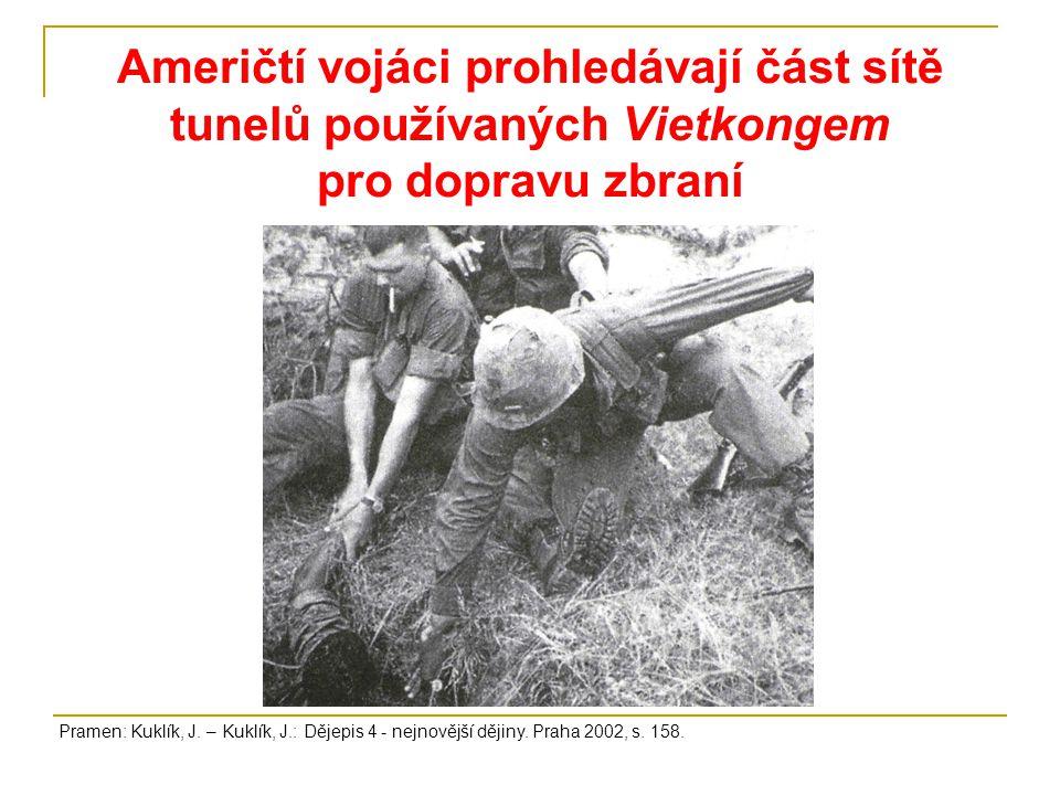 Američtí vojáci prohledávají část sítě tunelů používaných Vietkongem pro dopravu zbraní Pramen: Kuklík, J.
