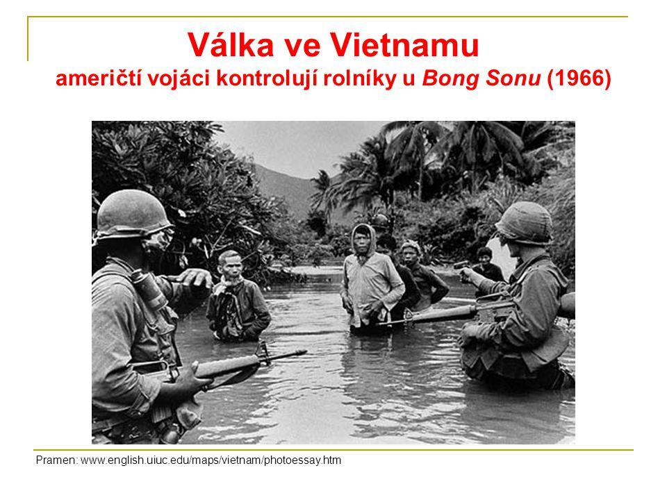 Válka ve Vietnamu američtí vojáci kontrolují rolníky u Bong Sonu (1966) Pramen: www.english.uiuc.edu/maps/vietnam/photoessay.htm