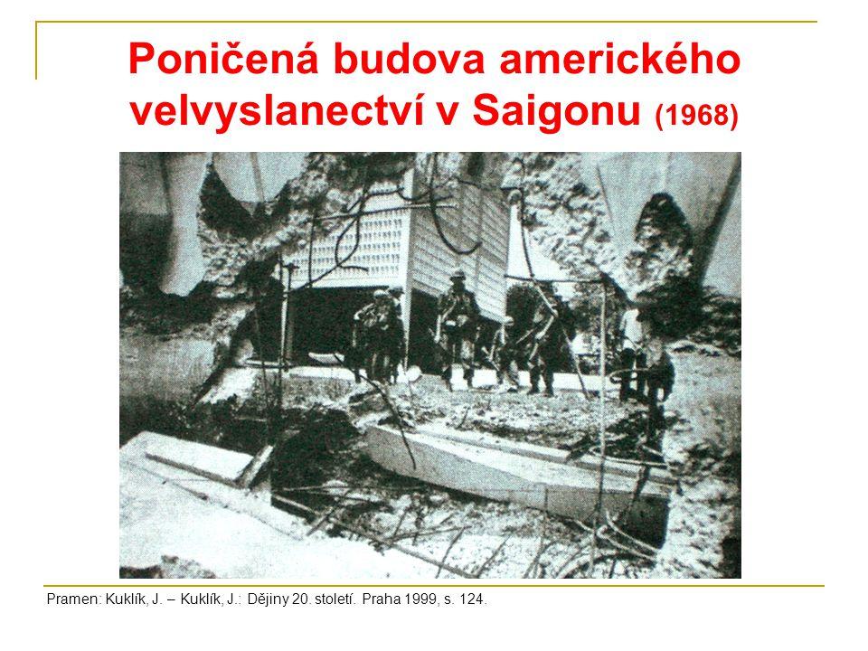 Poničená budova amerického velvyslanectví v Saigonu (1968) Pramen: Kuklík, J.