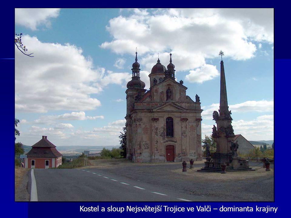 Kostel a sloup Nejsvětejší Trojice ve Valči – dominanta krajiny